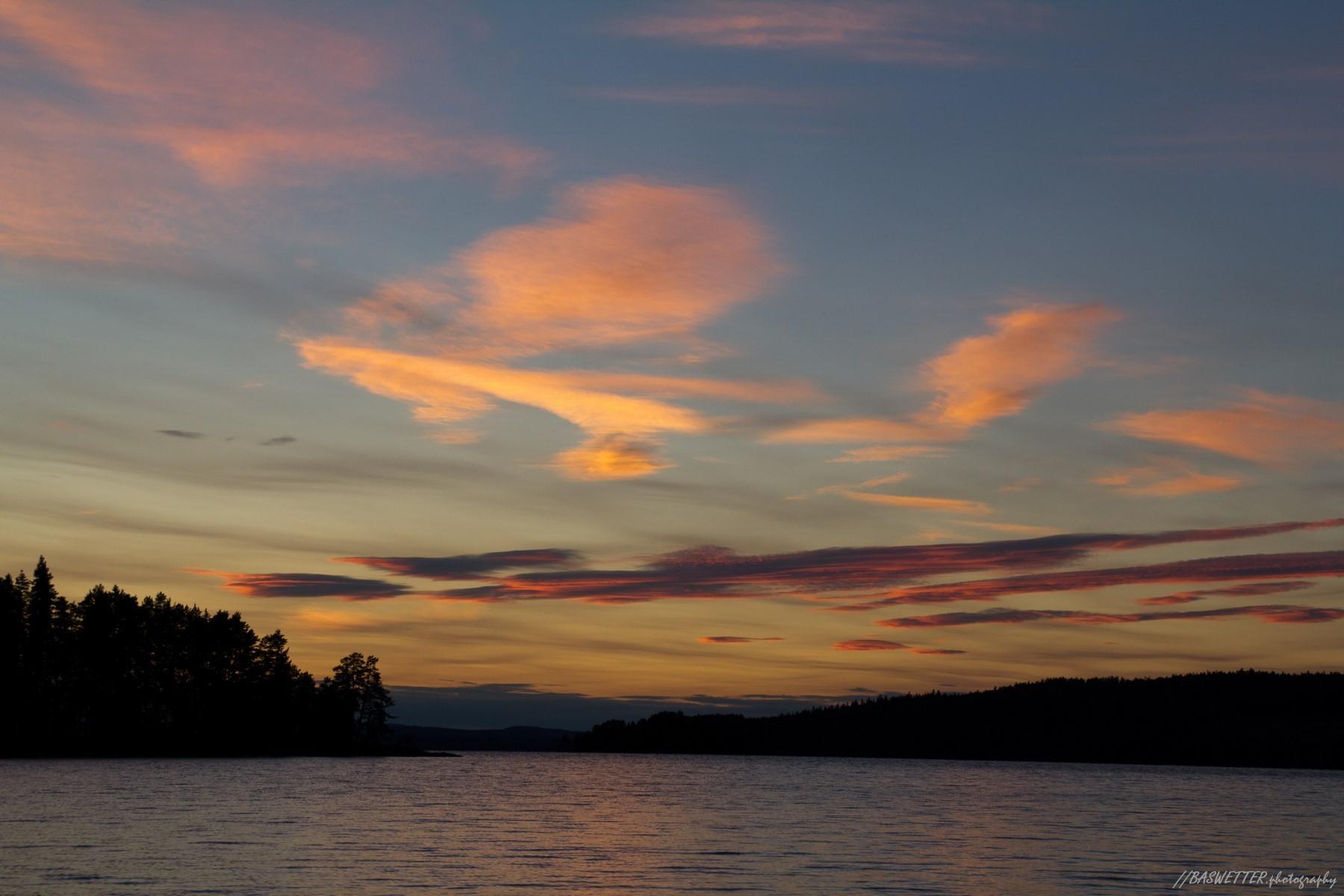Zonsondergang boven een meer in het Zweedse Värmland