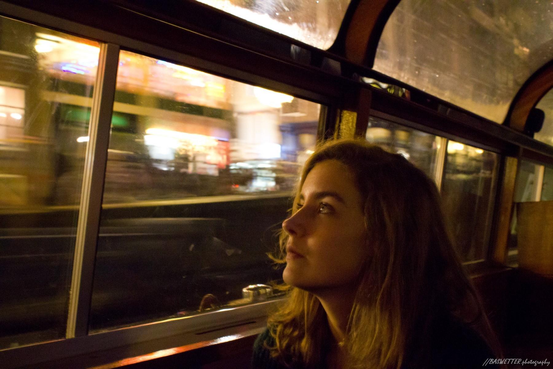 Avond portret van jonge vrouw in Amsterdamse rondvaartboot