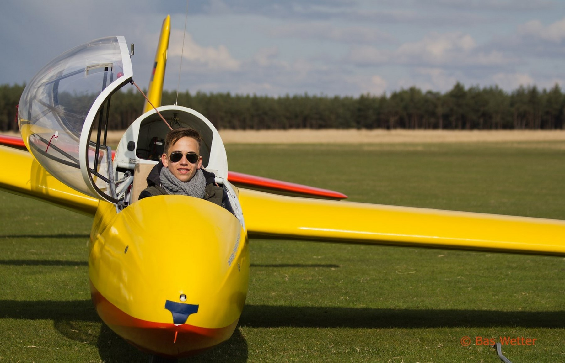 Portret van een jonge piloot in zijn zweefvliegtuigje