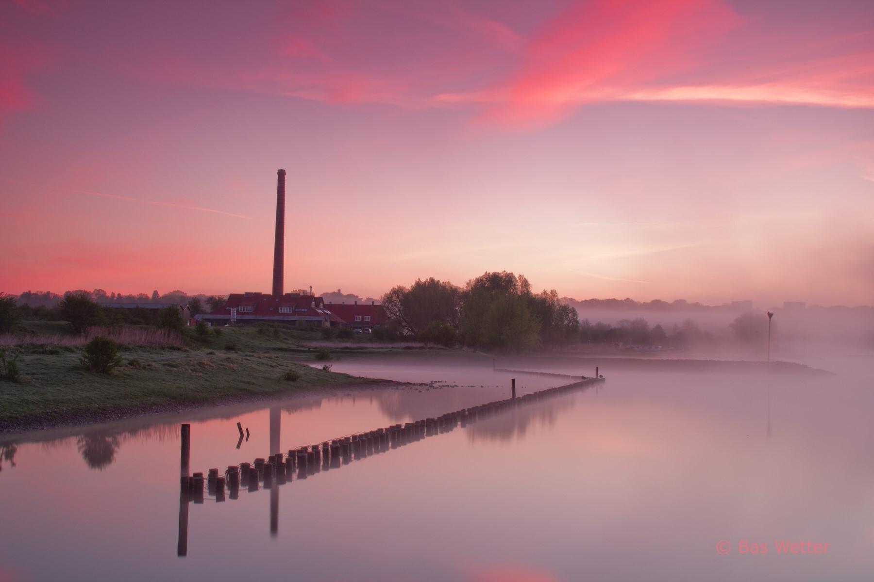 Roze zonsopgang aan de Neder-Rijn bij de Bovenste Polder van Wageningen