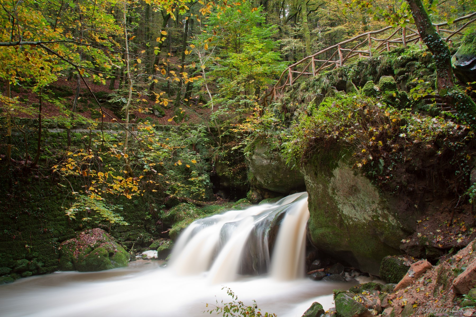 Waterval Schiessentumpel in de herfst op de Mullerthal trail in Klein Zwitserland Luxemburg