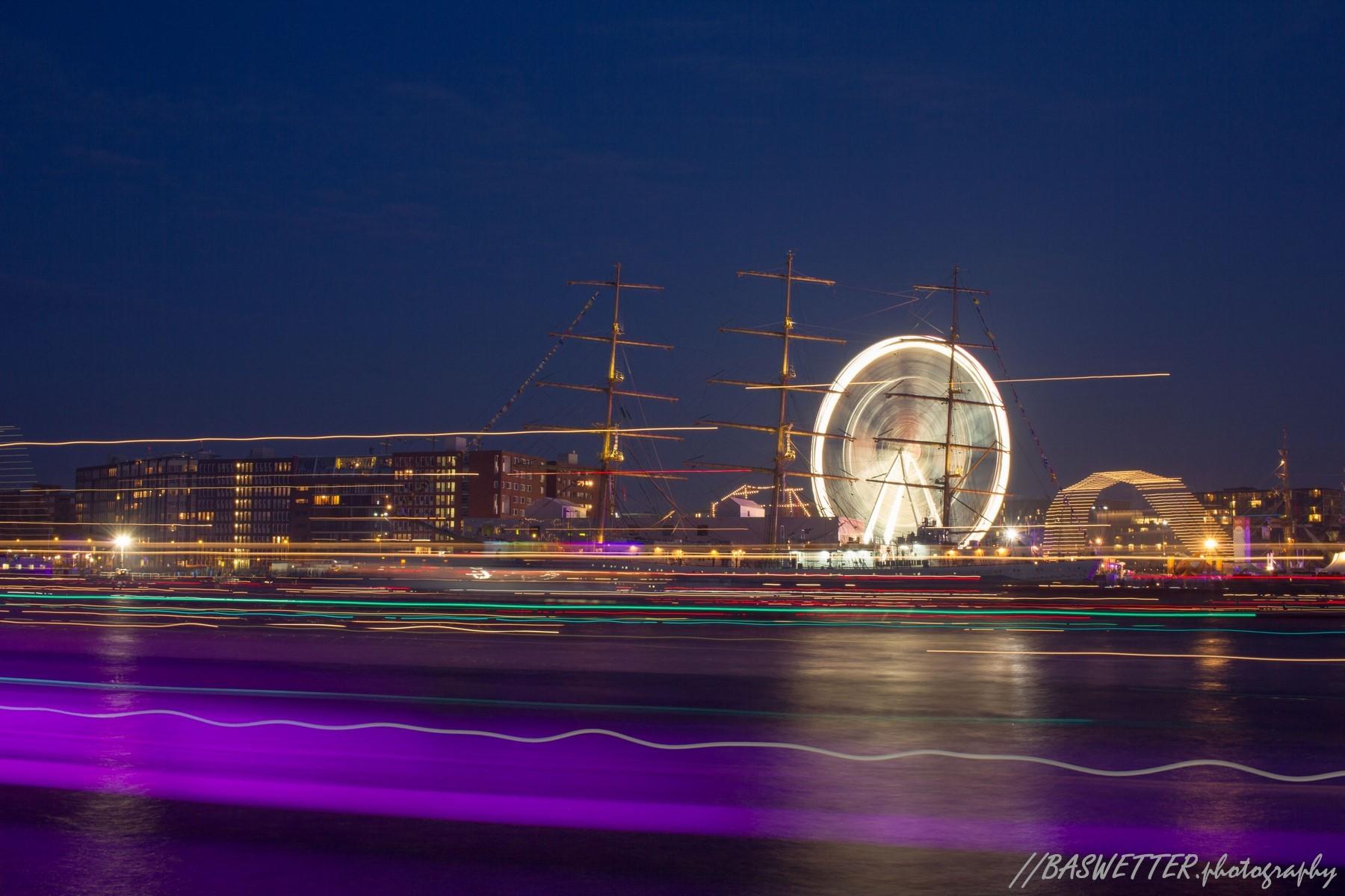 Lichtstrepen van schepen en reuzenrad bij SAIL 2015 in Amsterdam