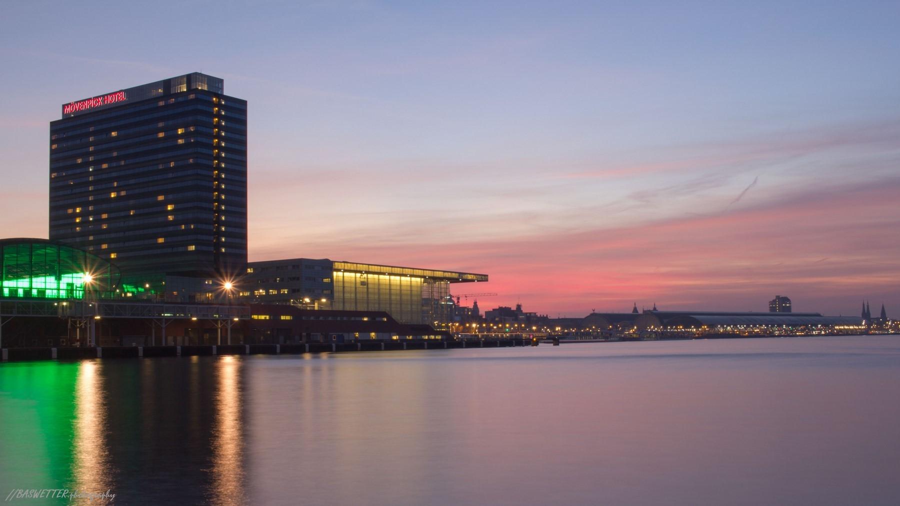 Amsterdamse skyline Muziekgebouw aan 't IJ in de zonsondergang