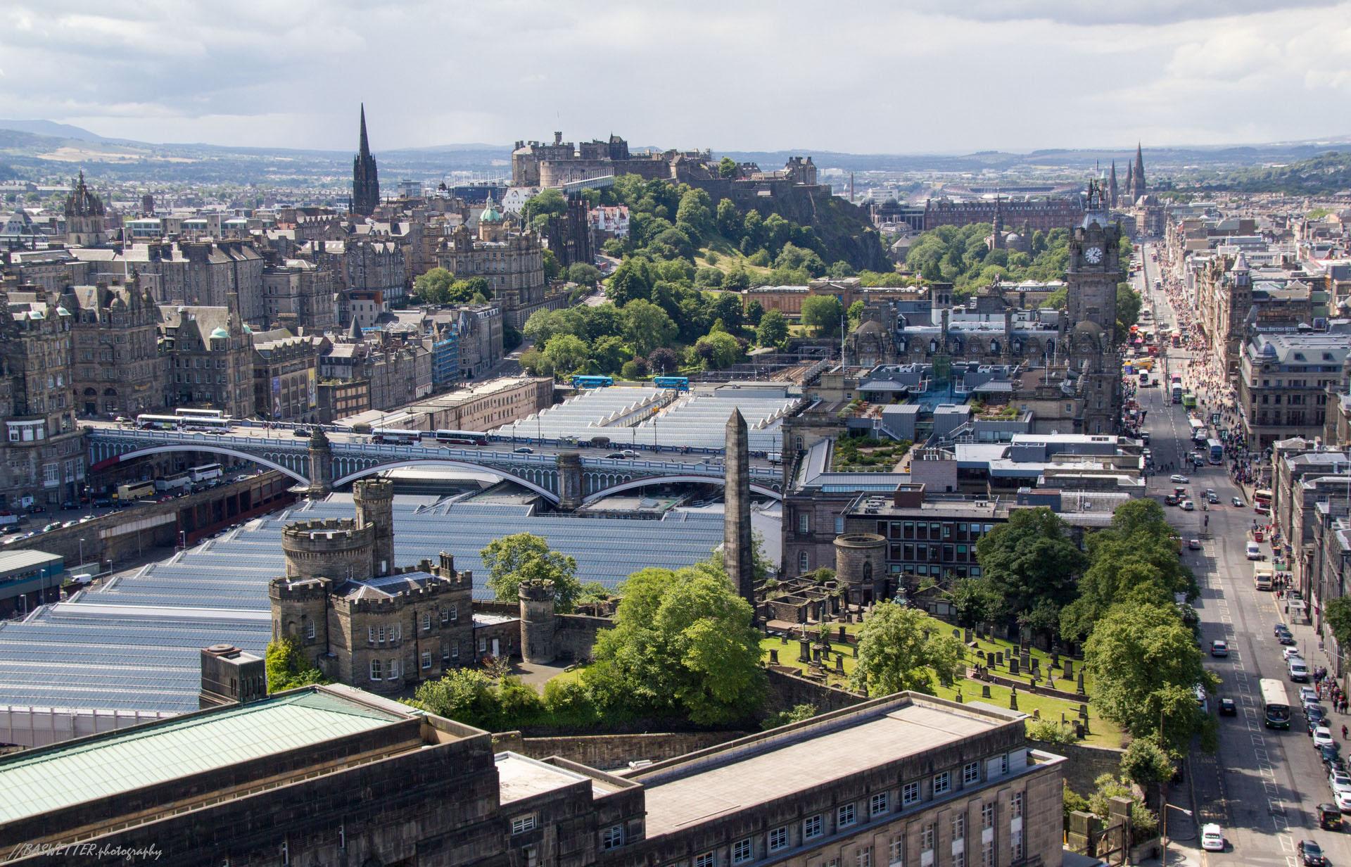 Edinburgh vanaf het Nelson Monument met zicht op de Princes Street Gardens