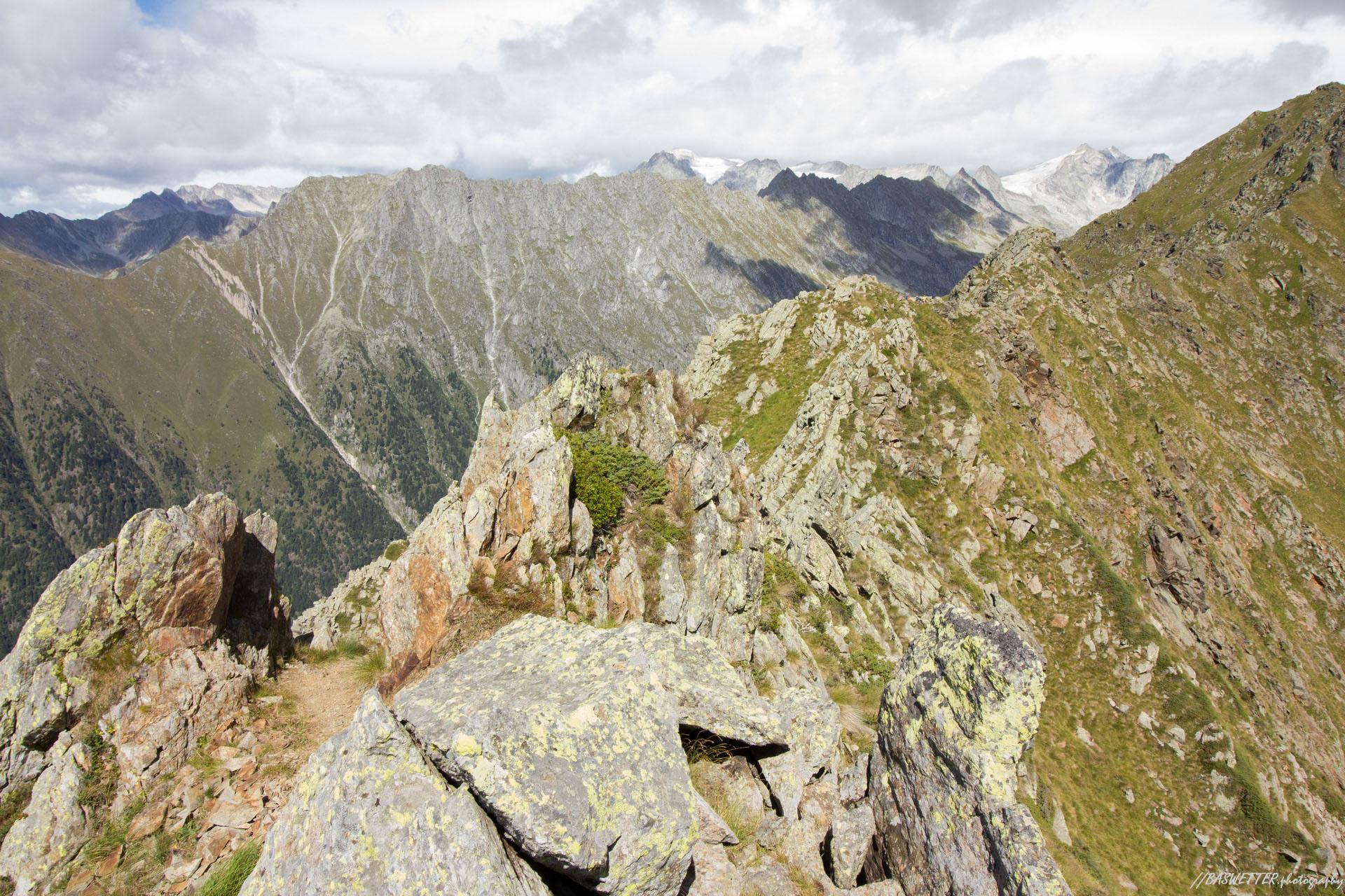 Kam wandeling met op de achtergrond de gletsjers van de Adamello