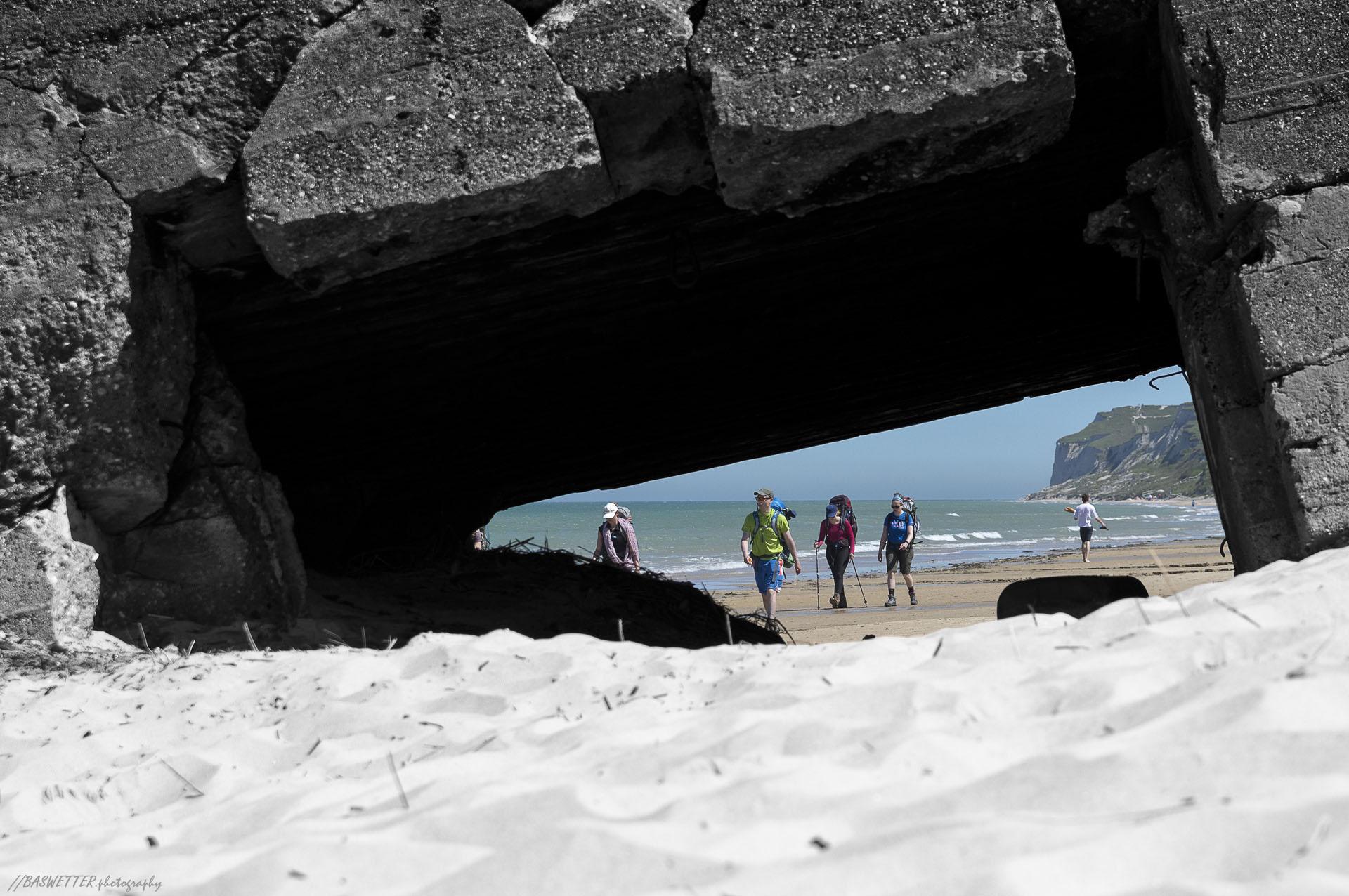 Franse Opaalkust onder Calais - Oude verzakte bunker op het strand
