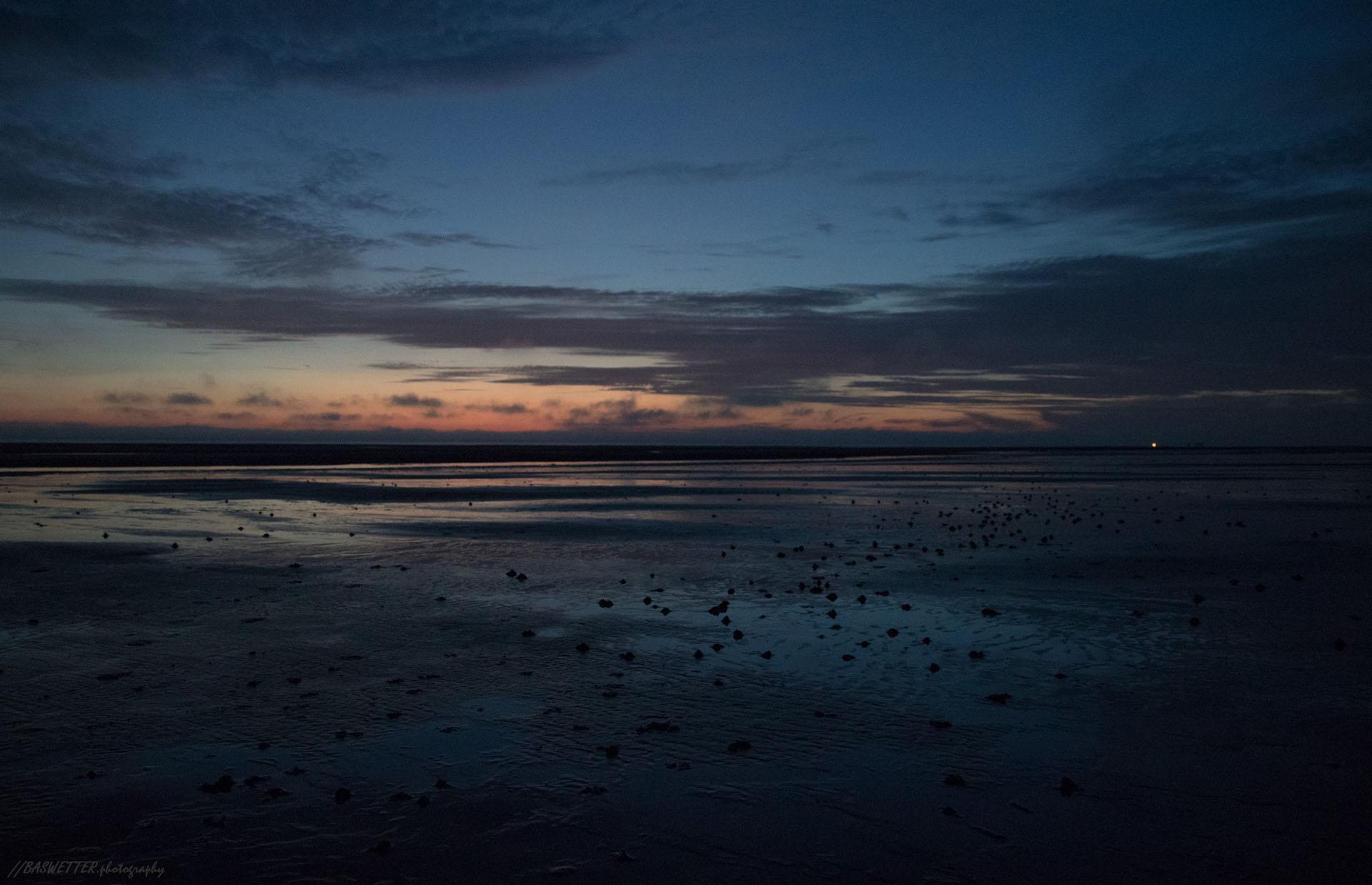 Strand vlak na zonsondergang